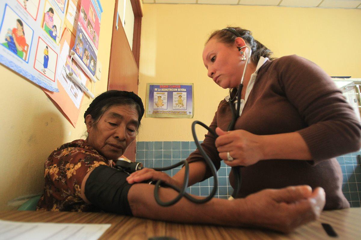 La enfermera Alicia Rosales García asiste a una paciente que acude al centro de Salud. (Foto Prensa LIbre: Esbin García)