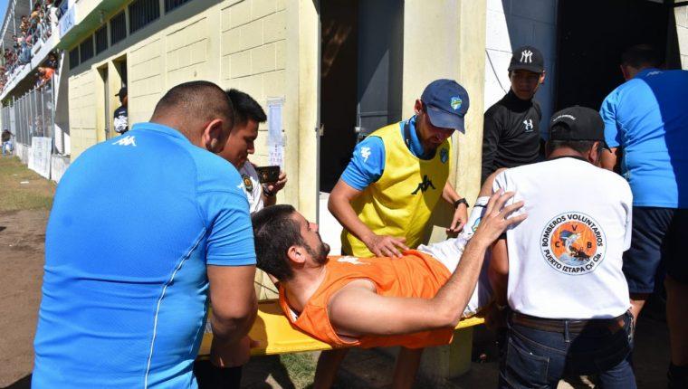 Maximiliano Lombardi abandonó el terreno de juego con un fuerte dolor. (Foto Prensa Libre: Carlos Paredes)