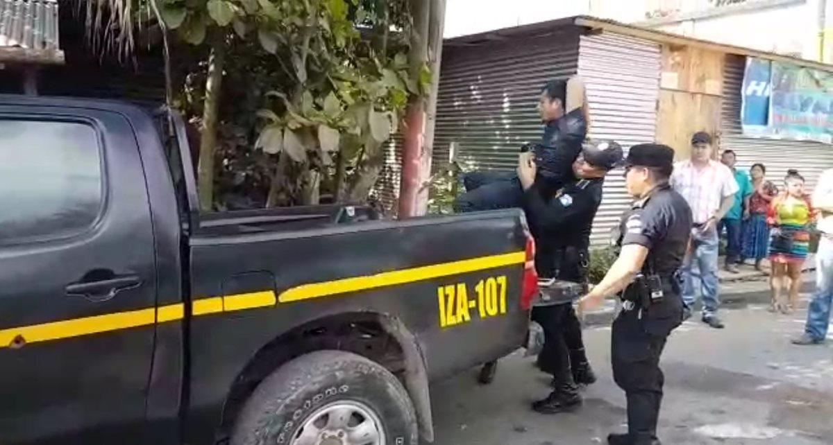 Agentes de la PNC trasladan a un hondureño deportado hacia un juzgado de Morales, Izabal, luego de haber causado disturbios en un bloqueo. (Foto Prensa Libre: Dony Stewart)