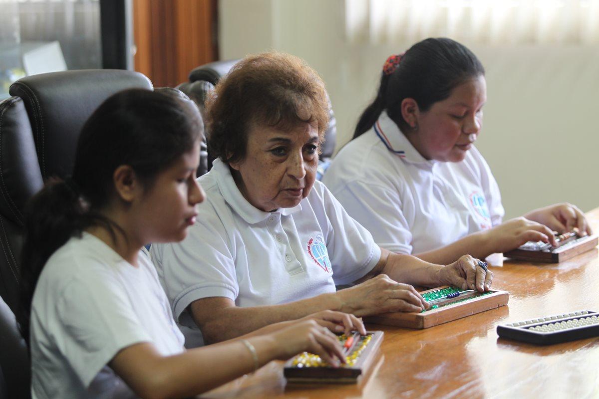 Yolanda Martínez Torres imparte clases de ábaco desde hace 35 años. Foto Prensa Libre: Érick Ávila.