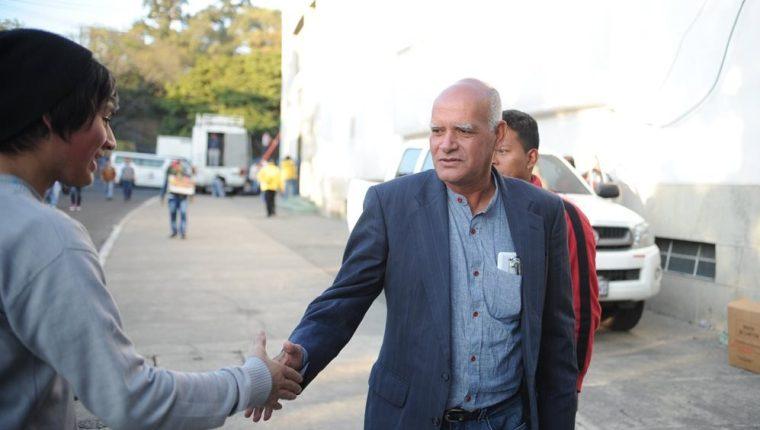 Wálter Claverí es saludado por un aficionado crema, en el partido del sábado pasado, en el Mateo Flores, entre albos y venados. (Foto Prensa Libre: Edwin Fajardo)