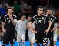 Los jugadores argentinos lucen mal después de la abultada derrota frente a España. (Foto Prensa Libre: AFP)