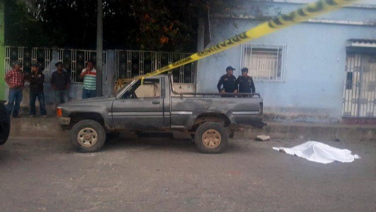 Agentes de la PNC resguardan el cadáver del cafetalero en la colonia San Mateo, Esquipulas, Chiquimula. (Foto Prensa Libre: Mario Morales)