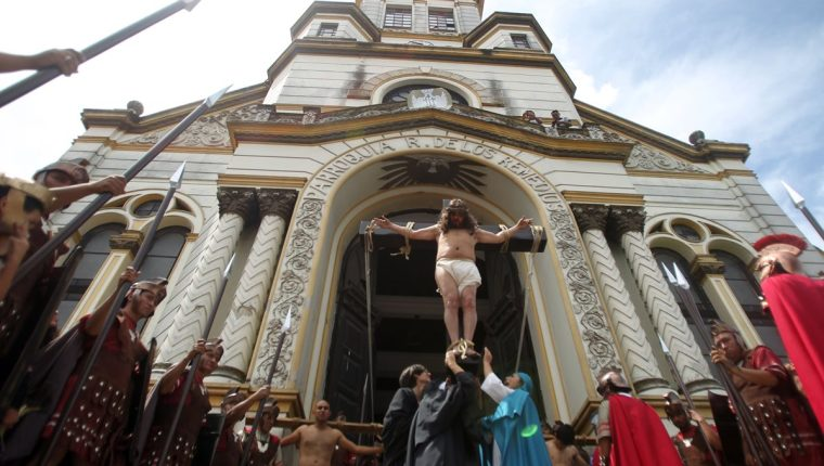 El Viernes Santo por la mañana la Compañía de Teatro dirigida por Ana María Bravo representa la pasión y muerte de Cristo por las calles del centro histórico de Guatemala desde hace varios años. (Foto: AFP)