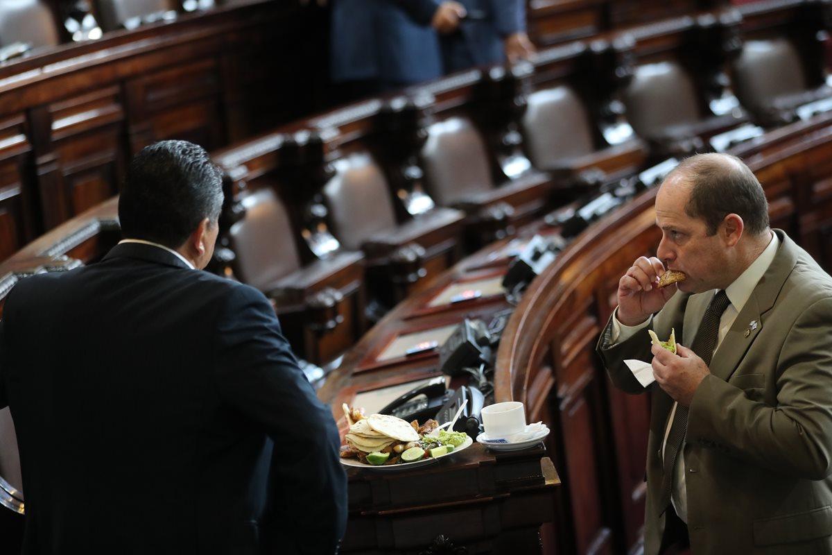 Legisladores comen dentro del hemiciclo. Cada diputado tiene derecho a solicitar Q1 mil de caja chica por mes. (Foto Prensa Libre: Hermeroteca PL)