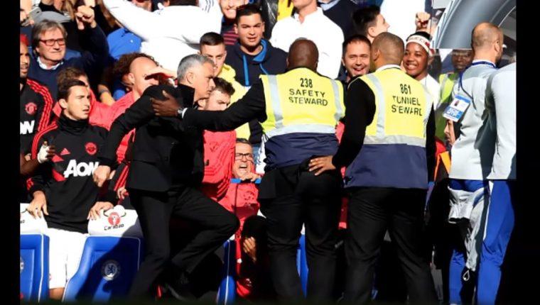 José Mourinho perdió la cabeza al final del partido y casi provoca una pelea. (Foto Prensa Libre: Captura Youtube)