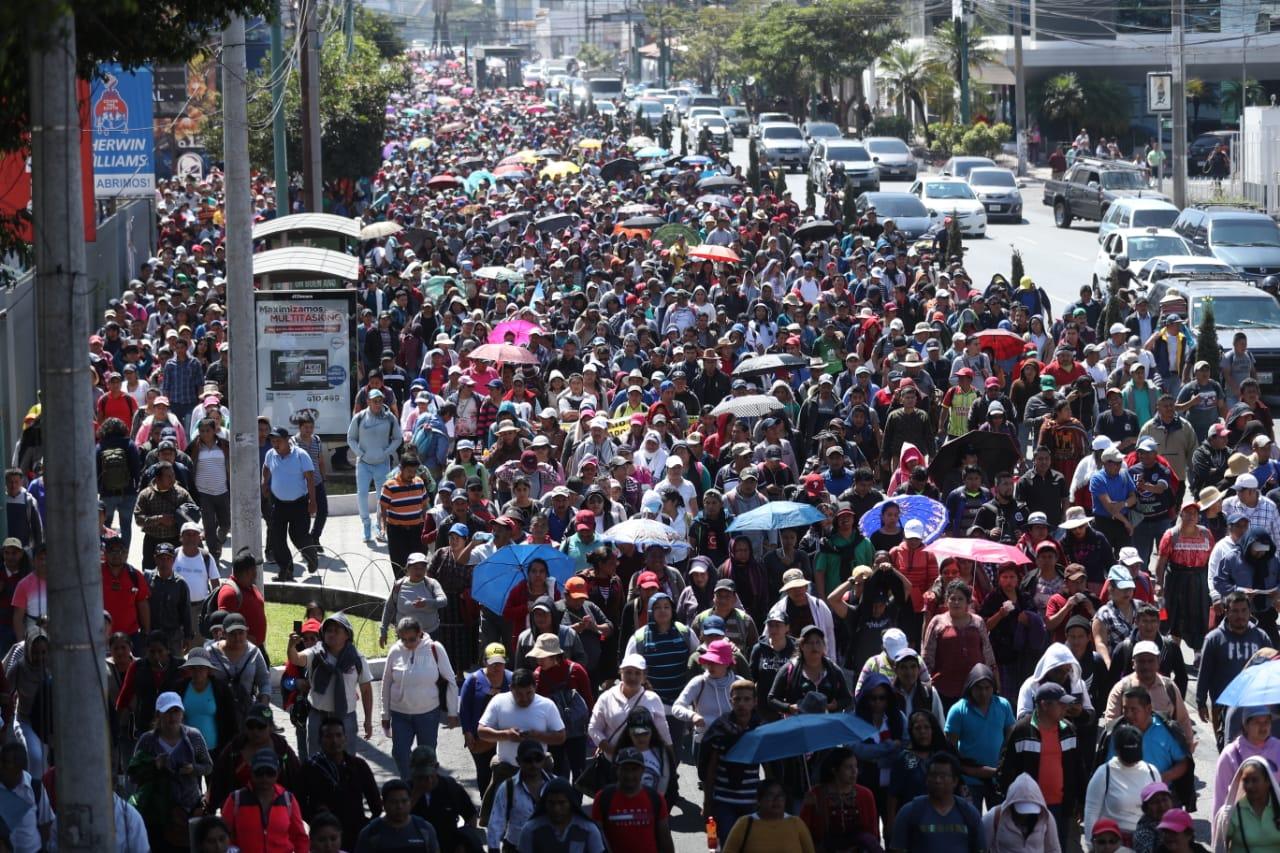 Maestros e integrantes del CUC se enfilan por la 7a. avenida, zona 1, hacia la Plaza de la Constitución. (Foto Prensa Libre: Esbin García)