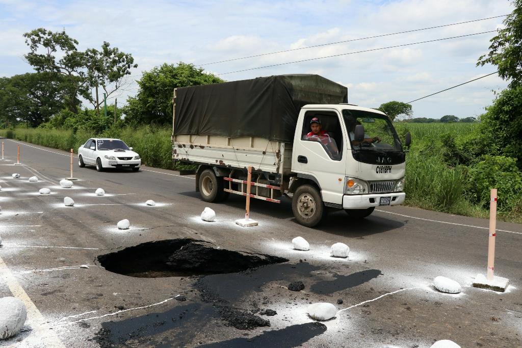 Denuncian peligro en ruta de Escuintla a Taxisco por agujero