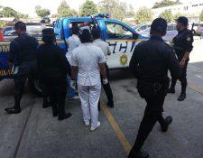 Elementos de la Policía Nacional Civil llegaron al Hospital Roosevelt para trasladar a la Ranflerita al centro preventivo. (Foto Prensa Libre: Cortesía Hospital Roosevelt)