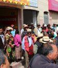 Pobladores protestan frente a la Fiscalía de la Mujer en Santa Cruz del Quiché. (Foto Prensa Libre: Héctor Cordero)