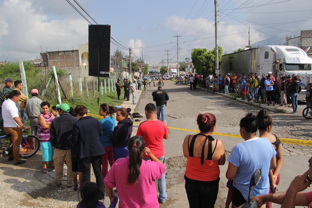 Estudiante fue ultimado por un hombre que lo bajó del autobús cuando se dirigía a recibir clases. (Foto Prensa Libre: Hugo Oliva)