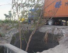 Tráiler pasa por el lugar donde se registra el socavamiento en Escuintla. (Foto Prensa Libre: Melvin Sandoval).