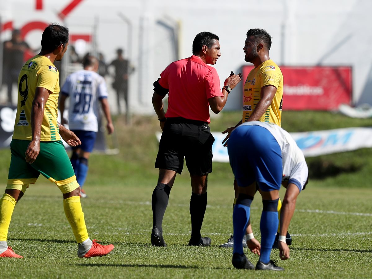 El árbitro Bryan López tuvo que hablarle varias veces fuerte a Erwin Morales de Guastatoya por su juego fuerte. (Foto Prensa Libre: Carlos Vicente)