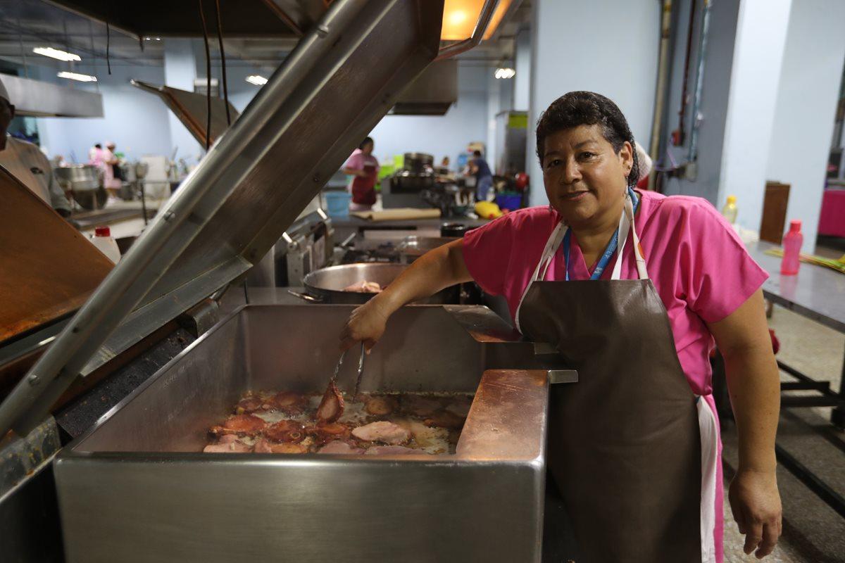 Ana Beatriz de la Cruz prepara chuleta para el almuerzo de pacientes con dieta libre. (Foto Prensa Libre: Érick Ávila).