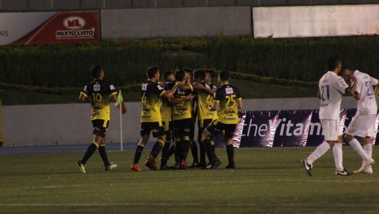 Los jugadores de Petapa festejaron el empate en el Cementos Progreso. (Foto Prensa Libre: Cortesía Javier del Cid)
