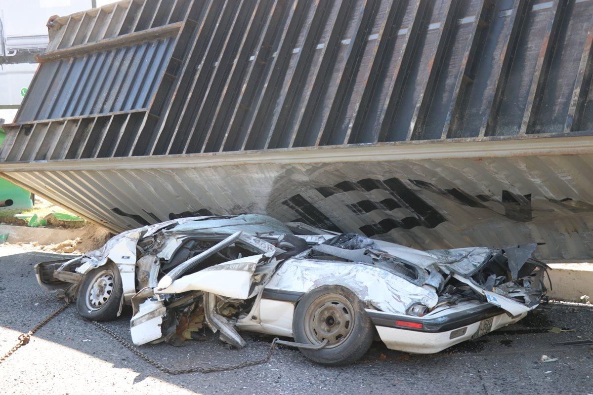 Las cuatro víctimas mortales viajaban en este vehículo. (Foto Prensa Libre: María José Longo)