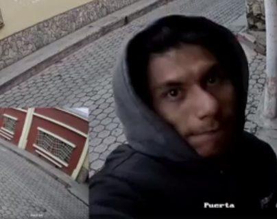 Sujeto queda grabado en video al robar cámara de vigilancia
