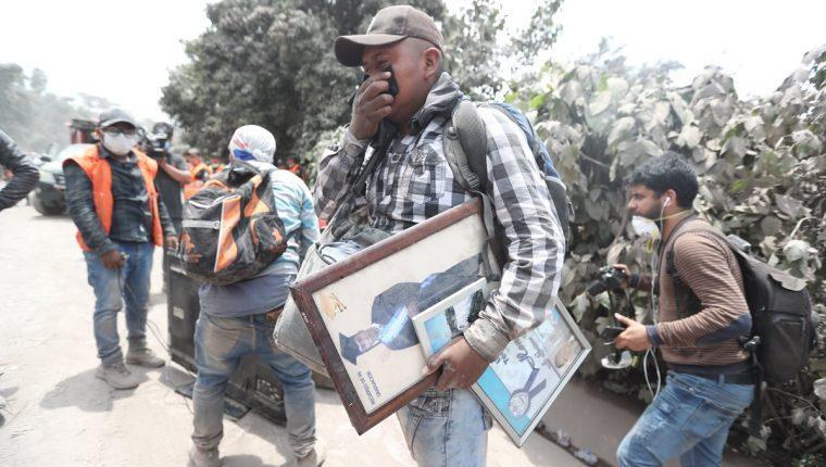 Sobrevivientes buscan a familiares desaparecidos durante la tragedia del Volcán de Fuego, en la plataforma Ayudaguate.com las personas pueden hacer su reporte para poder encontrarlos. (Foto Prensa Libre: Érick Ávila)