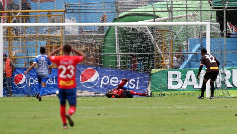 Momento en el que Denniss López anota en su propia portería. (Foto Prensa Libre: Carlos Vicente)