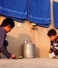 Murtaza Ahmadi es una víctima más de las guerras. El pequeño admirador de Messi dejó su casa en Afganistán. (Foto Prensa Libre: EFE)