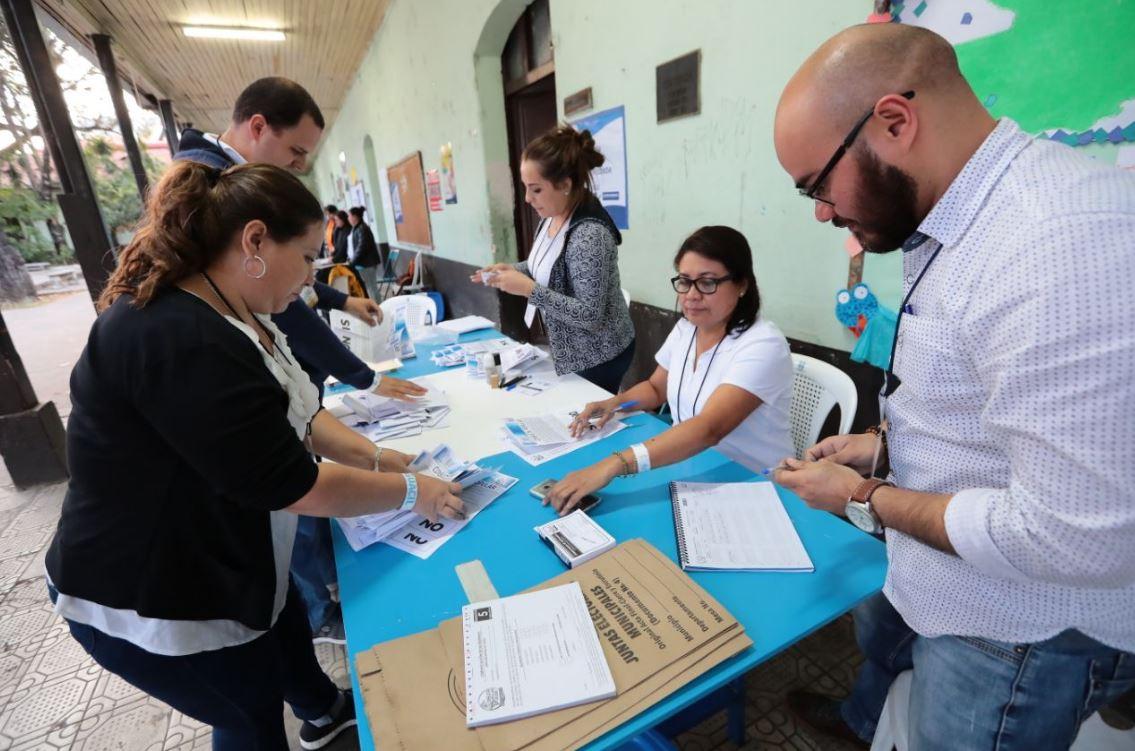 Momento en que mesas electorales empiezan conteo de votos de la Consulta Popular Guatemala 2018. Belice aún no tiene fecha para realizar su referendo. (Foto Prensa Libre: Álvaro Interiano)