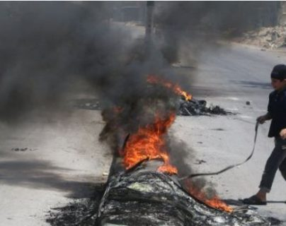Los niños de Alepo que queman llantas para frenar a los aviones que bombardean la ciudad siria