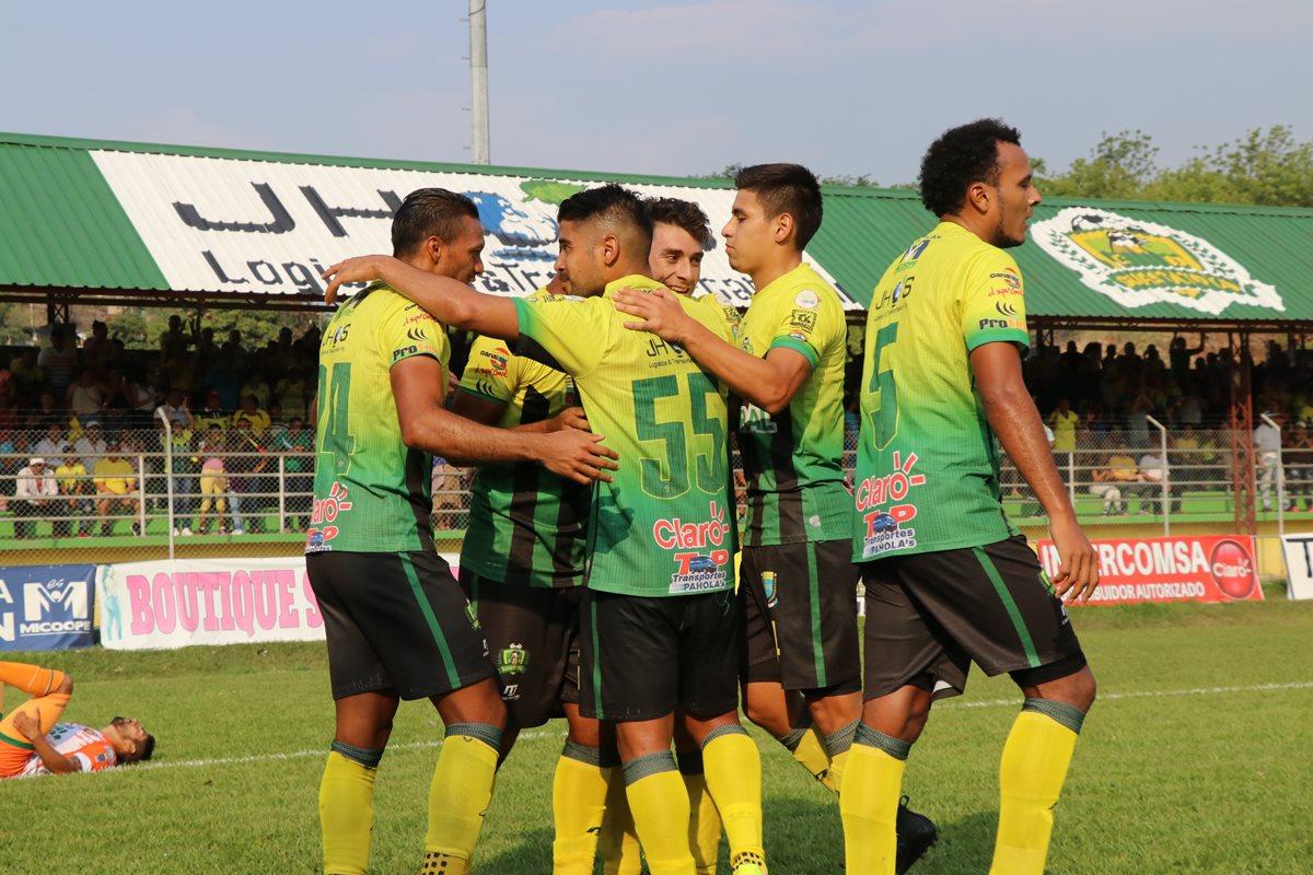 Los jugadores de Guastatoya festejan la primera anotación de Ángel Rodríguez. (Foto Prensa Libre: Hugo Oliva)