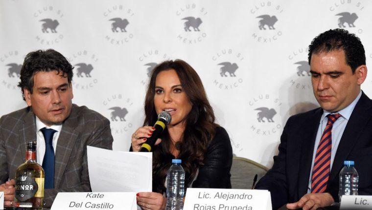 Kate del Castillo al lado de dos de sus abogados, Federico Mery-Sanson (izquierda) y Alejandro Rojas (derecha) durante una rueda de prensa ofrecida por su regreso a México. (Foto Prensa Libre: AFP)
