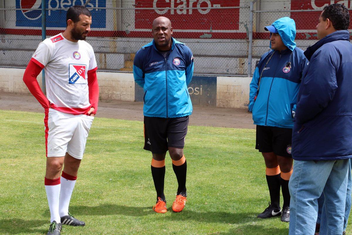 El técnico Hernán Medford manifestó que no hablará de su salida del equipo Chivo hasta terminar el duelo ante Marquense. (Foto Prensa Libre: Carlos Ventura)