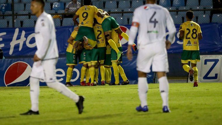 Los jugadores de Guastatoya festejan en condición de visita, contra Comunicaciones. (Foto Prensa Libre: Carlos Vicente)