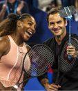 Williams y Federer se toman la foto del recuerdo en un épico juego. (Foto Prensa Libre: AFP)