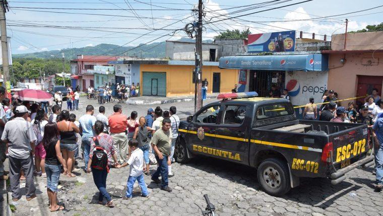 Cadáveres de dos hombres quedaron en la vía pública, en la zona 4 de la cabecera de Escuintla. (Foto Prensa Libre: Carlos E. Paredes)