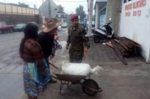 Don Pedro López, una persona de la tercera edad, llegó a la estación de Bomberos Voluntarios de Chimaltenango a dejar más de 50 libras de maíz, para apoyar a los damnificados por la erupción volcánica. (Foto: @KrenPortillo12)