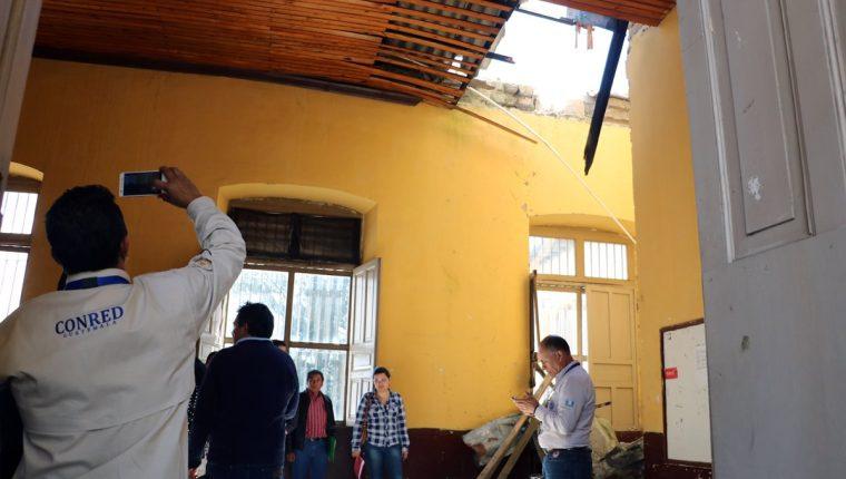 Asesores de la Vicepresidencia, Conred y directores de otras instituciones observan daños en el Invo. (Foto Prensa Libre: Carlos Ventura).