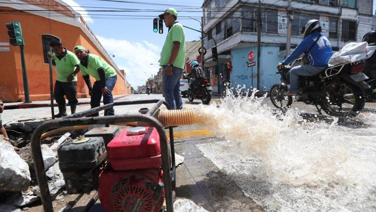 Empleados municipales trabajan en una fuga de agua, en la zona 1. En varias zonas, la escasez del líquido es recurrente. (Foto: Hemeroteca PL)