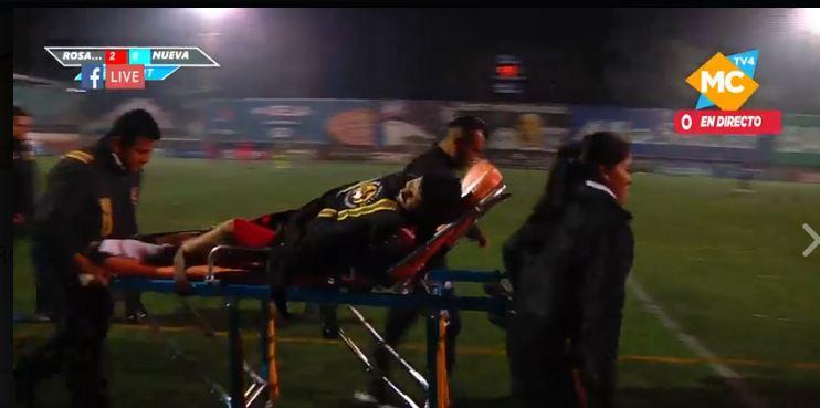 Israel Silva es trasladado en una camilla hacia un centro asistencial, después de que sufrió una fractura de tibia y peroné. (Foto Prensa Libre: Cortesía Rosario FC).