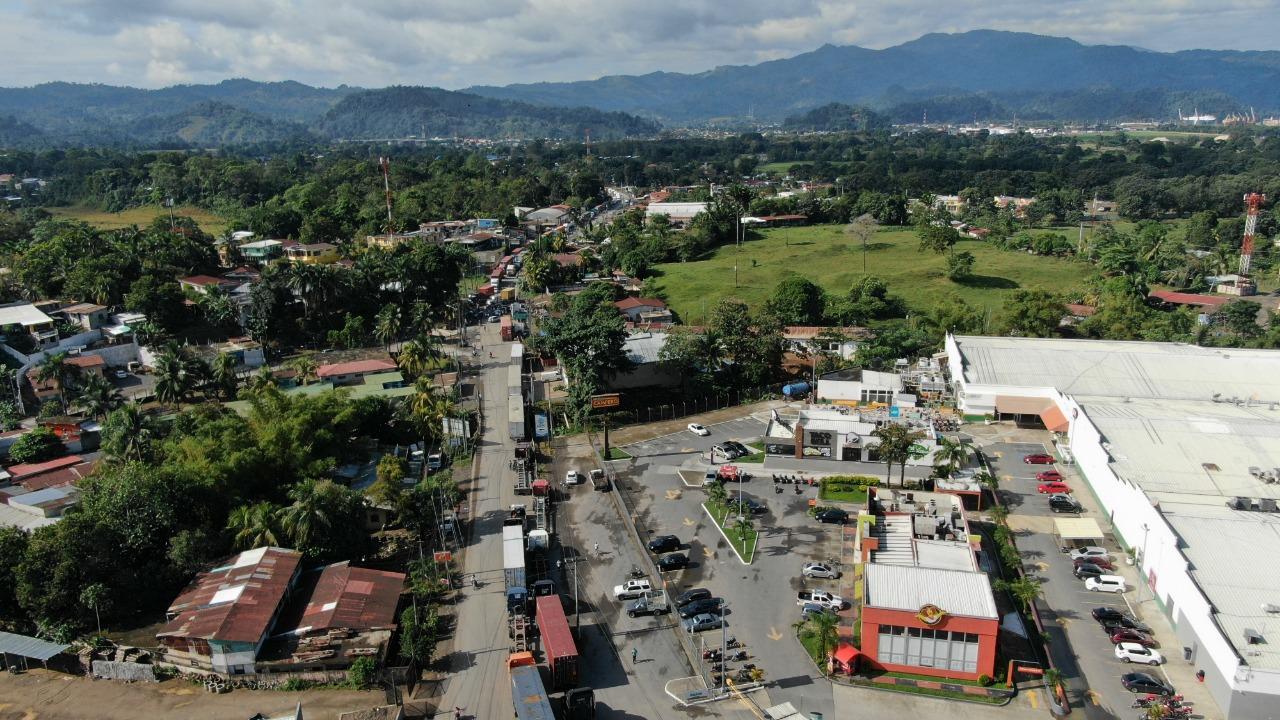 Larga fila de vehículos se observa por el bloqueo en Puerto Barrios, Izabal. (Foto Prensa Libre: César Hernández)