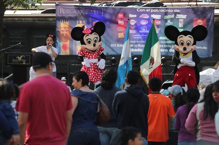 Con la participación de Mikey Mouse inicia celebración de la Rosca de Reyes.