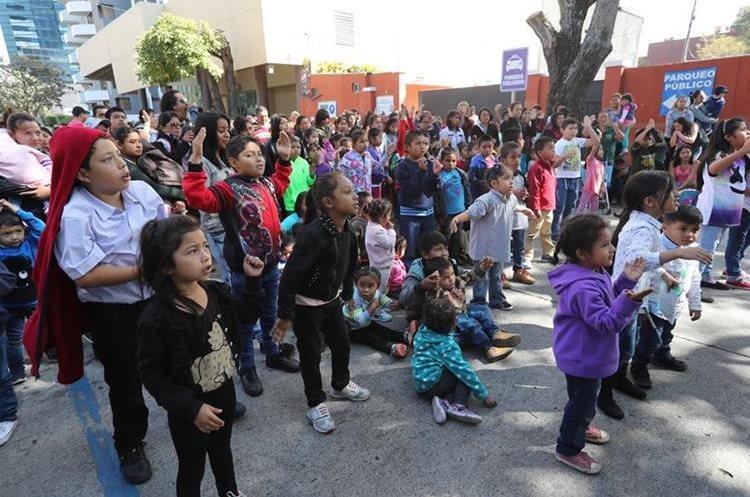 Niños del hogar la Esperanza, Luz María y Shalom participan en la celebración.
