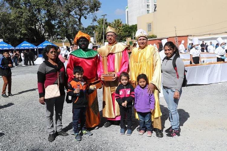 Los tres reyes magos se fotografían con niños invitados.