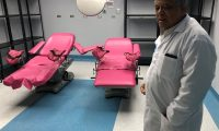 Vicente Macz, director del Hospital Regional Hellen Lossi de Laugerud, muestra una de las salas de cirugía.  (Foto Prensa Libre: Eduardo Sam Chun)