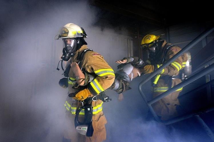 Los socorristas usan equipo especial para evitar inhalar humo mientras combaten las llamas o rescatan a las víctimas. (Foto Prensa Libre: HemerotecaPL)