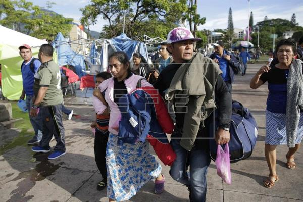 Caravana de salvadoreños salió la mañana de este miércoles hacia Guatemala. (Foto Prensa Libre: EFE)