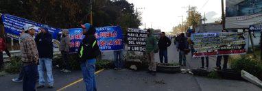 Importadores de vehículos bloquean el paso en el km 48 de la ruta Interamericana. (Foto Prensa Libre: Julio Sicán)