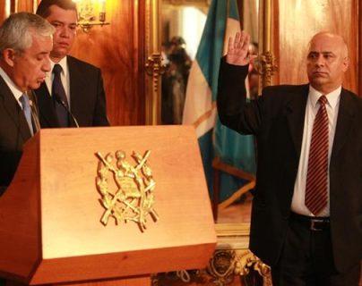 El expresidente Otto Pérez (sindicado en el caso La Línea) juramentó a Jorge Villavicencio como titular de Salud. (Foto Prensa Libre: Hemeroteca PL)