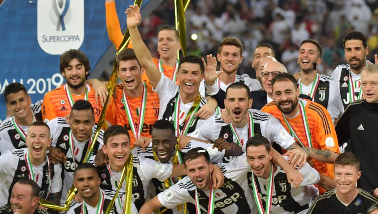 Juventus' Portuguese forward Cristiano Ronaldo (C) and teammates celebrate their Supercoppa Italiana final win against AC Milan at the King Abdullah Sports City Stadium in Jeddah on January 16, 2019. (Photo by GIUSEPPE CACACE / AFP)