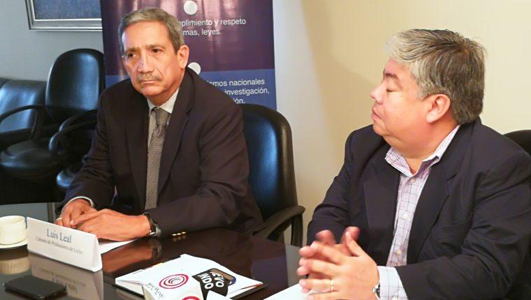 Luis Leal Monterroso presidente de la Cámara de Lecheros de Guatemala y Ramiro Pérez Zarco de Asodel, exponen sobre la situación del sector ante posible negociación con Reino Unido. (Foto Prensa Libre: Urías Gamarro)