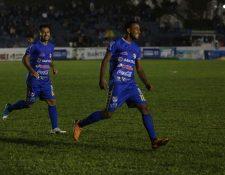 Adrian Leites festeja el primer gol de Cobán en el triunfo contra Xelajú. (Foto Prensa Libre: Eduardo Sam).