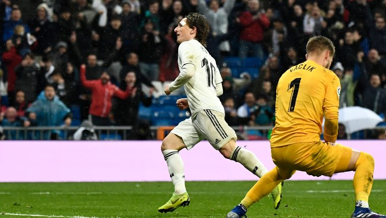 Real Madrid's Croatian midfielder Luka Modric (L) celebrates after scoring against Sevilla's Czech goalkeeper Tomas Vaclik (R) during the Spanish League football match between Real Madrid and Sevilla at the Santiago Bernabeu stadium in Madrid on January 19, 2019. (Photo by PIERRE-PHILIPPE MARCOU / AFP)