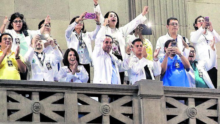 Para que se dé el incremento salarial que el Congreso autorizó para los médicos en noviembre pasado, se requiere que Onsec apruebe una serie de puestos y salarios propuesto por el Ministerio de Salud. (Foto Prensa Libre: Hemeroteca PL)